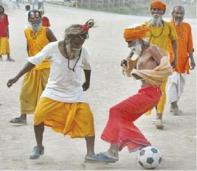 Индия: Приколы: Футбол-йога!