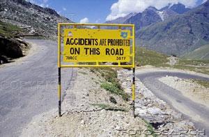 Индия: Приколы: На этой дороге аварии запрещены!
