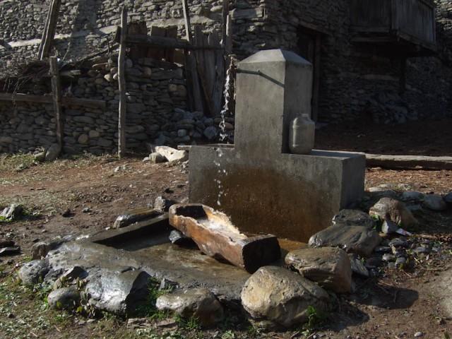 На треке очень много воды. Местные жители делают водосборы в районе горных ручьев и с помощью резиновых шлангов подводят воду к деревне. Обычно источн