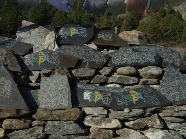 Иногда камни мани расписывают разноцветной краской.