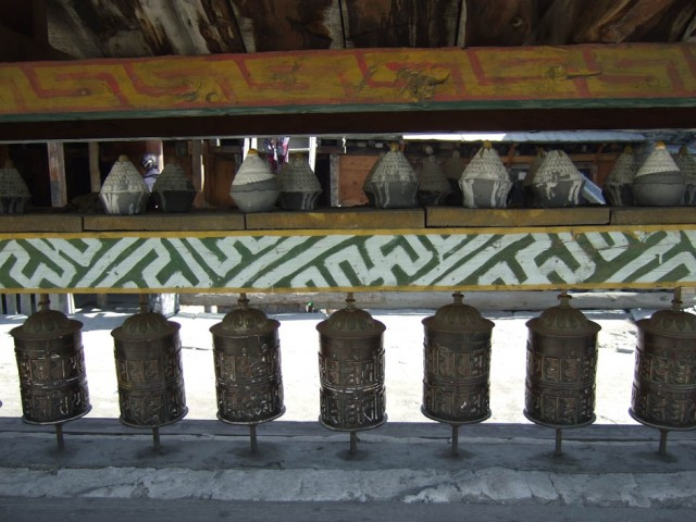 Над этими барабанами расставлены какие-то глинянные пасочки.