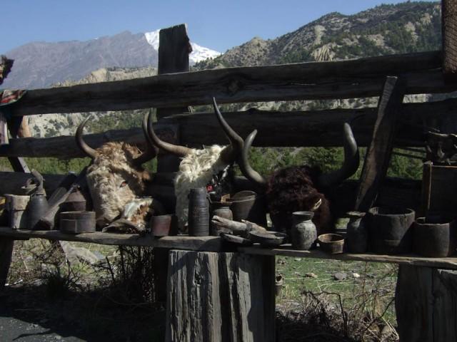 По всему расставлены торговые лавочки местных.