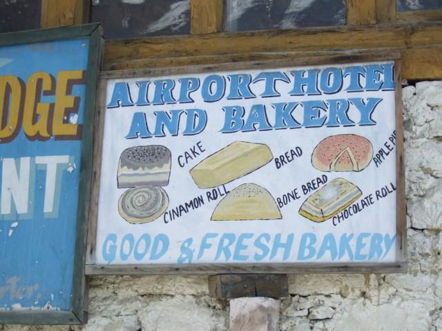 Три в одном: аэропорт, отель, пекарня.