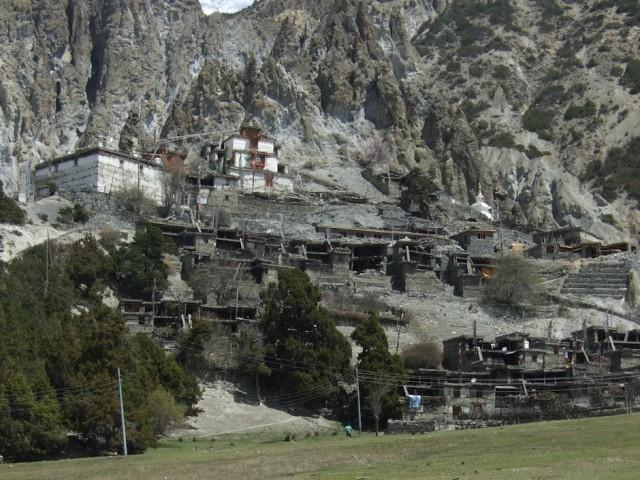 Древний город Бхрака и монастырь на вершине.