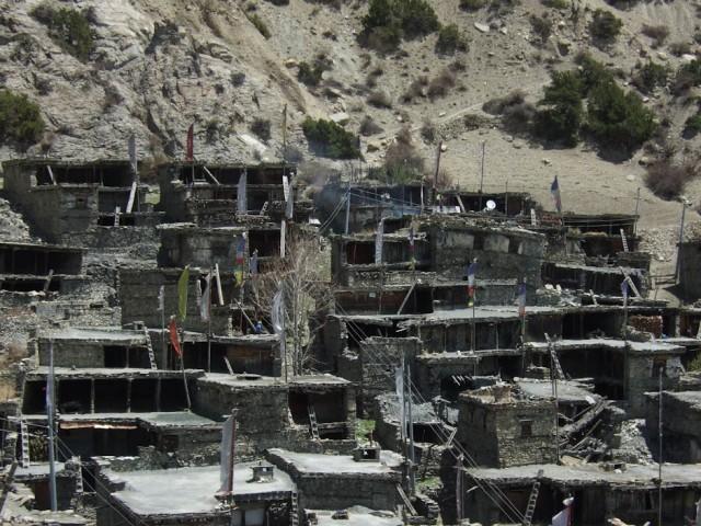 Вот в таких домиках, как и сотни лет назад, живут люди.