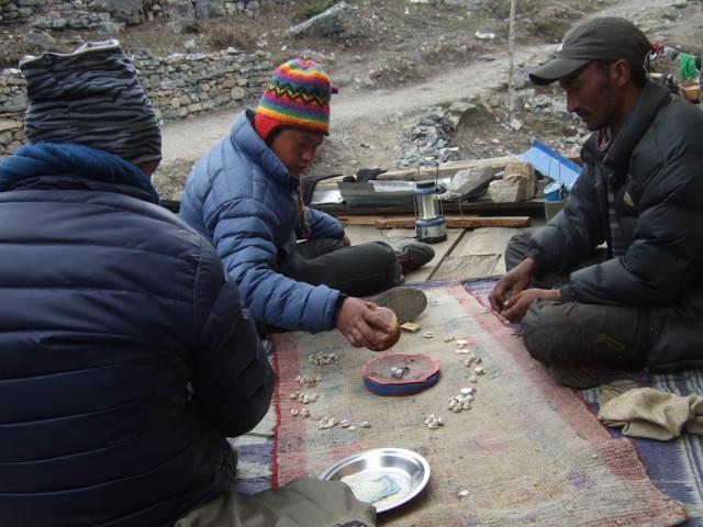 В селении Letdar проходил мимо местных эмоционально играющих в разновидность костей.