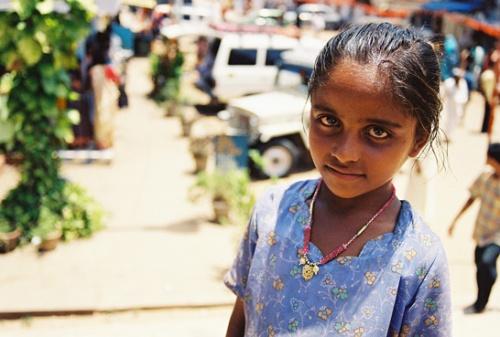 Девчушка у входа в один из храмов в столице Кералы - Тривандруме.