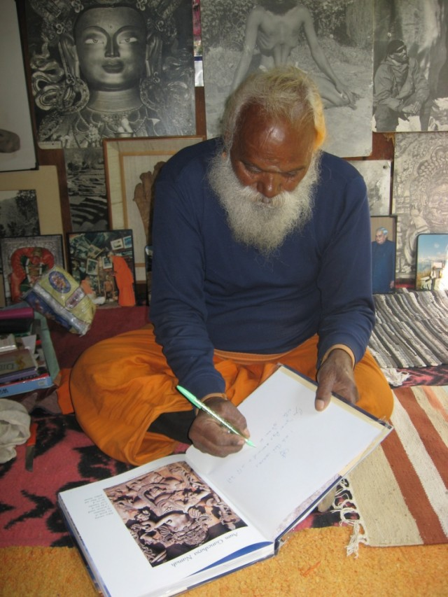 Сундарананда Свами подписывает книги