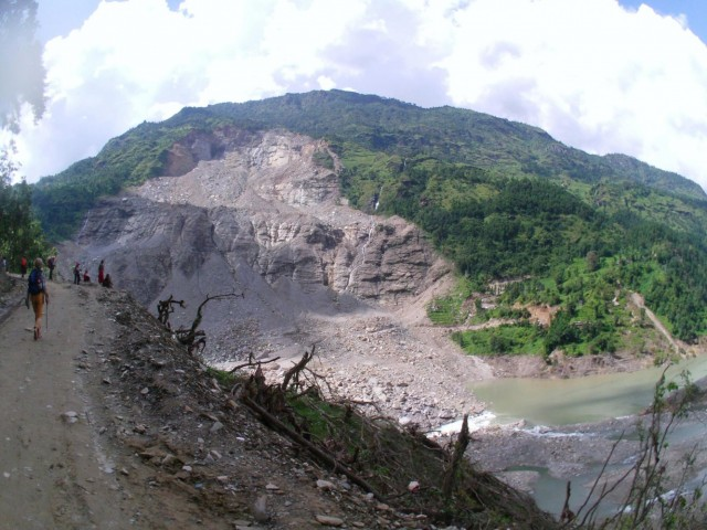 фото на зону обвала/оползня с противоположной стороны реки