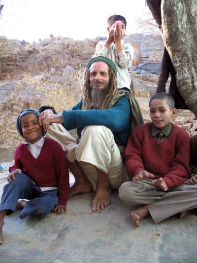 Австралиец из Вриндавана с мальчишками из уличного театра