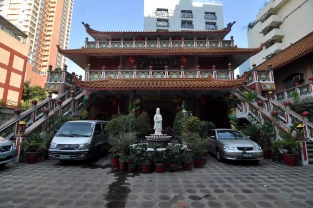 буддисткий храм на улице путан