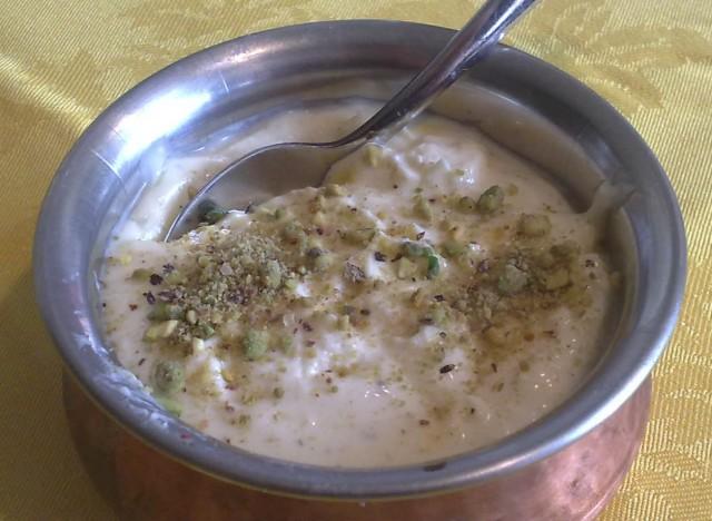 Shrikhand с миндалем, шафраном и кардамоном