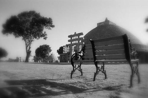 скамейка и перевёрнутый тазик