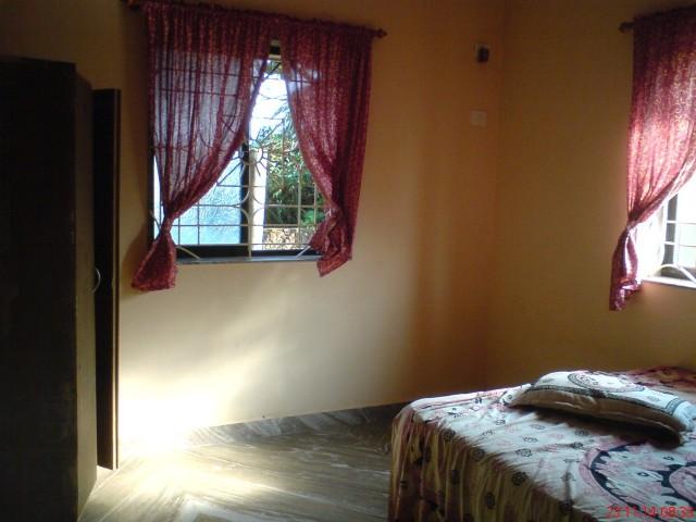 внутреннее убранство спальни. удобно, лаконично.