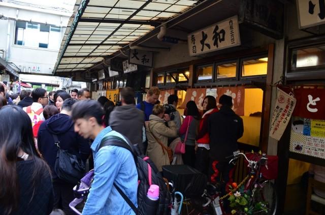 очередь в особо популярный суши бар