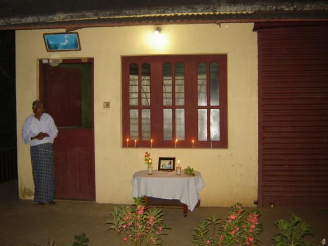 Кто не смог пойти, встречает на входе в дома со свечами