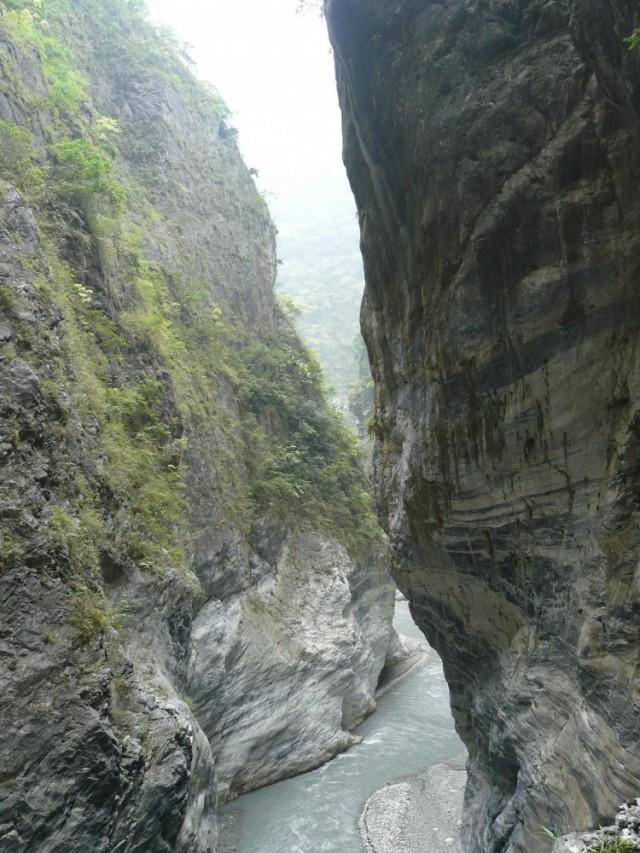 Горная река между скал