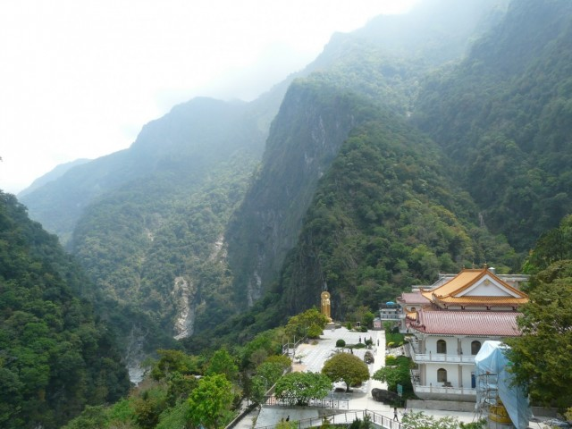 Вид с вершины, на который находится монастырь