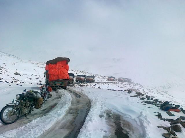 Можно неделю торчать на перевале... ждать пока зазроют и замёржие грузовики отогреют и они дадут вам проехать ))