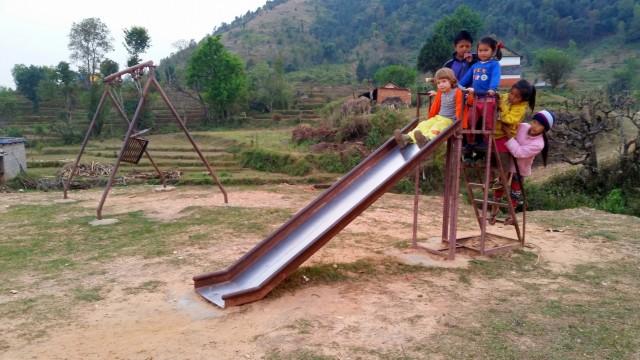 Единственный аттракцион для детей на всю деревню. Рядом со школой и волейбольной площадкой.