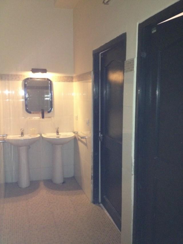 Два туалета на троих. Очереди не должно быть по идее.