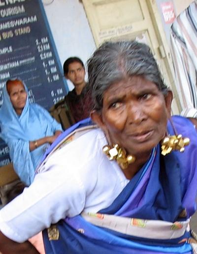 Деревенская бабушка из Тамил-Наду и золотые маха-серьги