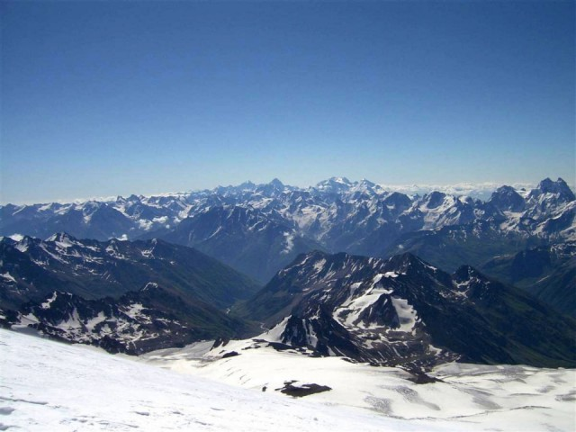 вид с Эльбруса на главные Кавказский хребет