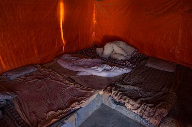 Внутри уютно, но спать придется на бетоне. В качестве изоляции картонка и дохлый матрасик