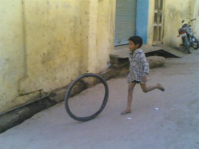 - Бегу за колесом, всю жизнь бежать готов...