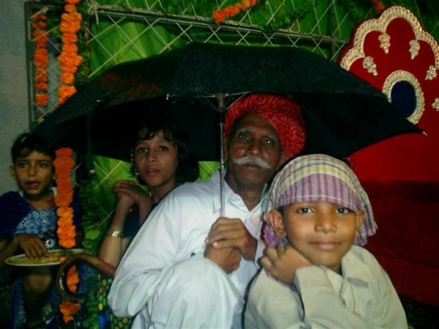 - Тусовались под зонтом... и млад и стар...