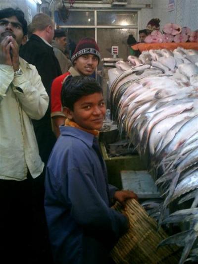Рынок Кули или Аина маркет в Дели. Рыбный рынок. Пацан - помощник.
