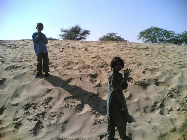 - Дети пустыни... Рядом с Биканером.