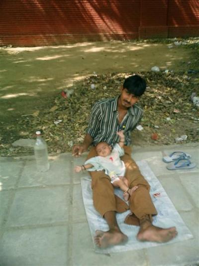 - Ребенок и папка... Чанакьяпури.
