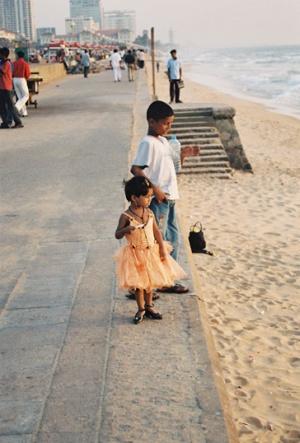На набережной в Коломбо каждый занят своим ...