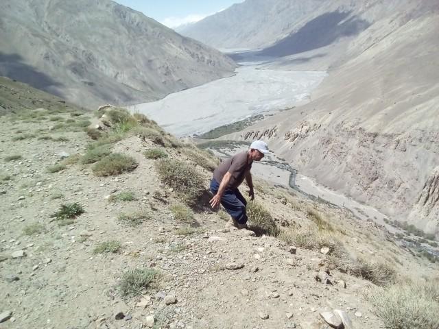 Вид с дороги на долину Танымас. Геолог рискует жизнью.