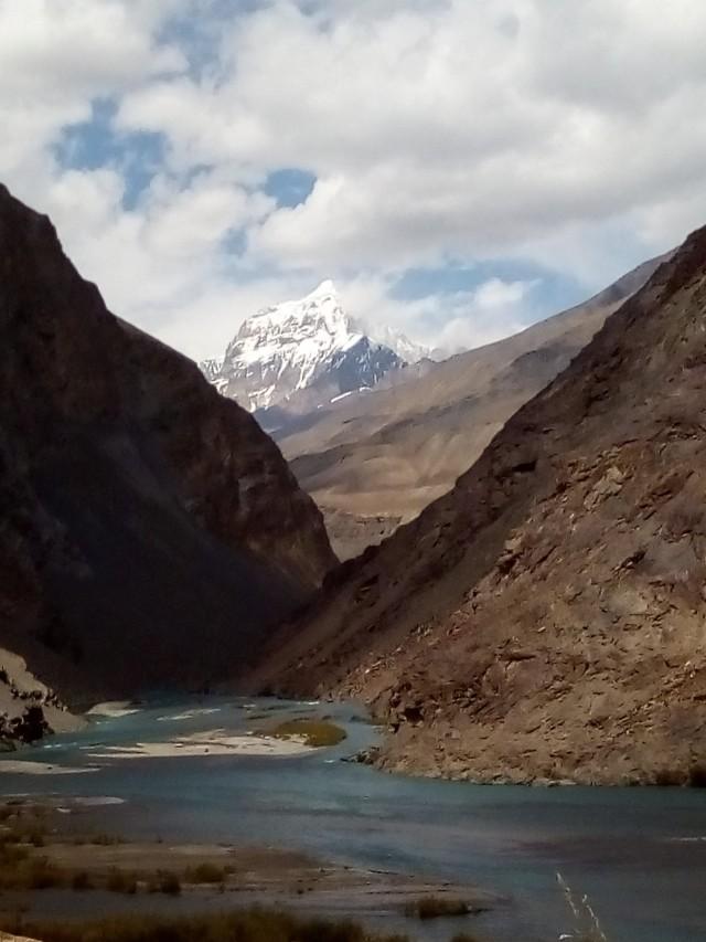 Слияние рек Кудара и Мургаб. Так образуется река Бартанг.  Пик Ляпназар