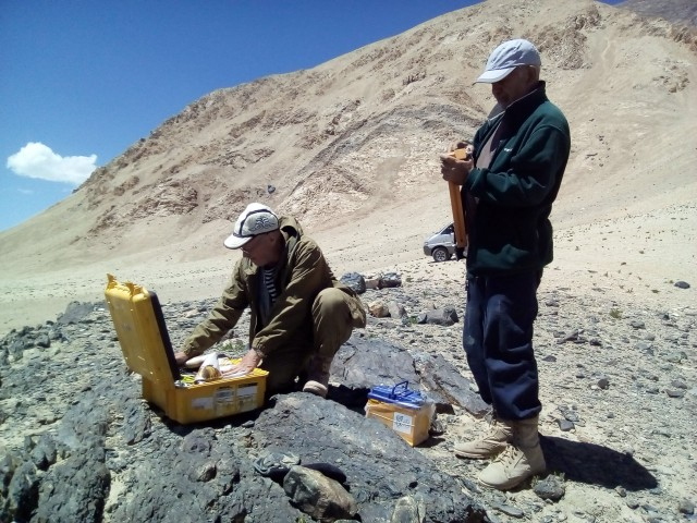 геологи запускают прибор