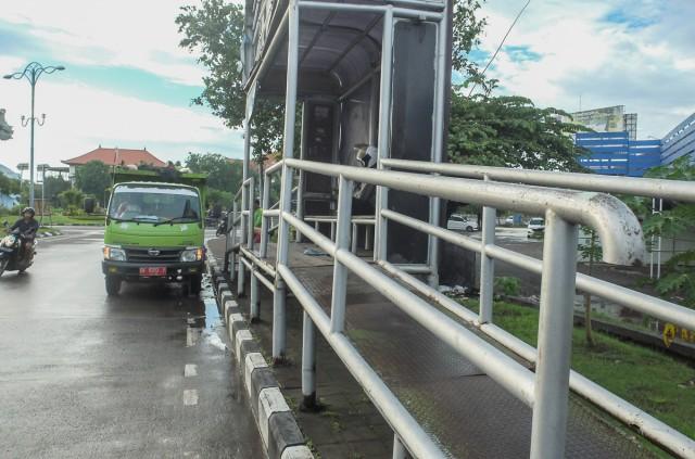 Автобусная остановка, вход в автобус в 1,5 метрах над землёй