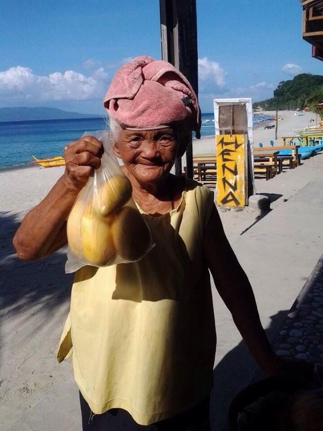 90-летняя бабушка с манго