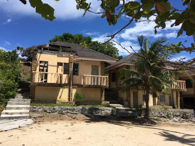 Разрушенный тайфуном отель на берегу