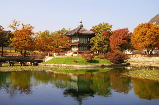 Осенний сад и пруд в Кёнбоккуне