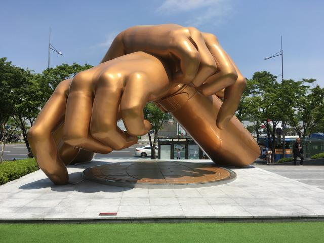 Как везде здесь странные скульптуры. Например, части тела: руки или ноги, нос или ухо... встречала тела без голов 😬