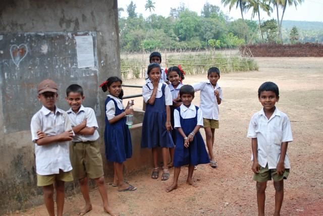 дети возле школьного туалета.. Гоа