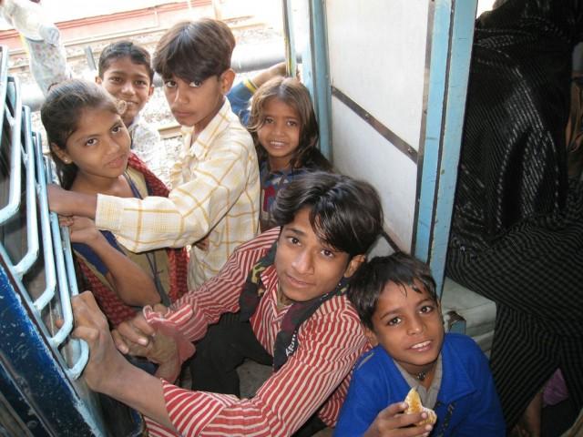 Дети на подножках поезда