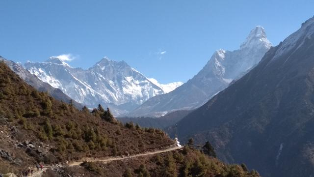 Эверест, Лхотце,  Ама-Даблам(справа)