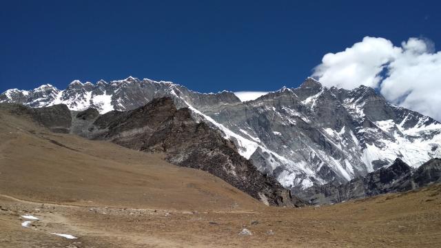 Слева хребет Нуптзе, чуть ниже слева Чукунг ри, справа южная сторона Лхотзе, Лхотзе Мидл, Лхотзе Шар.