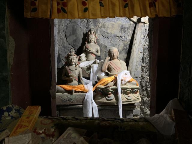 пещера в монастыре, где медитировал Наропа