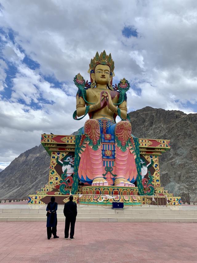 статуя Майтреий с храмом внутри
