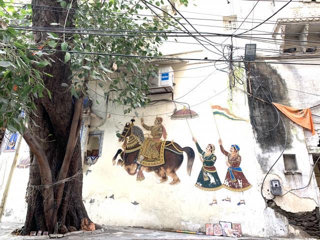 вход почти каждого дома украшен росписями