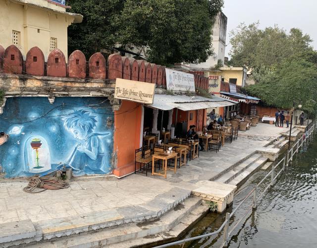 в городе много настенной росписи